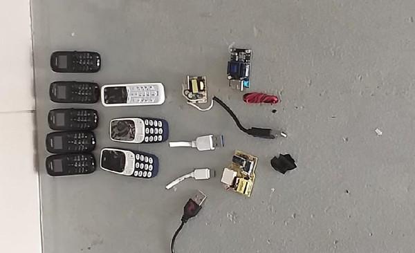Preso é flagrado com 8 celulares, cabos, chips e carregador tudo dentro do ânus