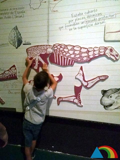 Actividad para niños en el museo paleontológico de Dinópolis
