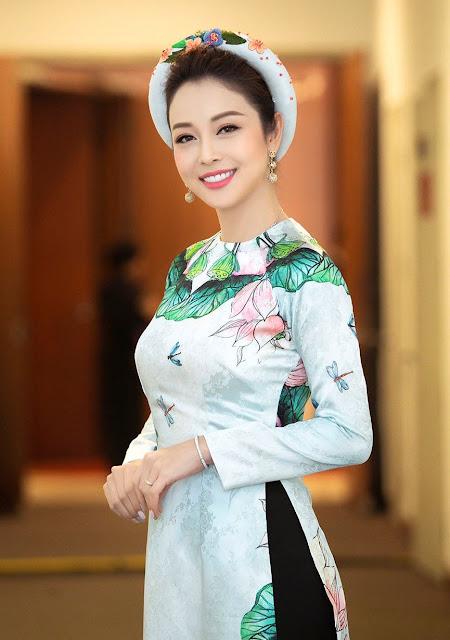 Ra đời từ triều Chúa Nguyễn, trải qua bao thăng trầm cùng chiều dài lịch sử, tà áo dài luôn được xem là trang phục truyền thống của phụ nữ Việt. Dù được thiết kế đơn giản hay cầu kỳ, vải thô sơ hay vải lụa, vải gấm, mỗi chiếc áo dài đều gói gọn tâm huyết và sáng tạo của những người thợ thủ công.