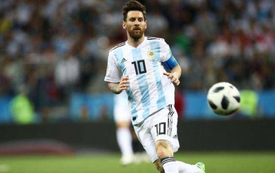 Kita harus mengakui dalam catatan sejarah sepakbola dan tak ada seorangpun yang bisa menafikan bahwa Messi adalah Legenda sepakbola mengalahkan Ronaldo.