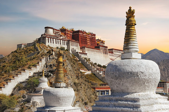 Với vẻ đẹp hùng vĩ, nguy nga cùng bề dày văn hóa, lịch sử lâu đời, cung điện Potala đã được UNESCO công nhận là Di sản thế giới vào năm 1994. Không chỉ là biểu tượng thiêng liêng cho tín ngưỡng Phật giáo lâu đời của người Tây Tạng, cung điện Potala còn thu hút lượng lớn du khách tới tham quan, chiêm ngưỡng kho báu giá trị của Tây Tạng nói riêng và văn hóa Phật giáo thế giới nói chung.