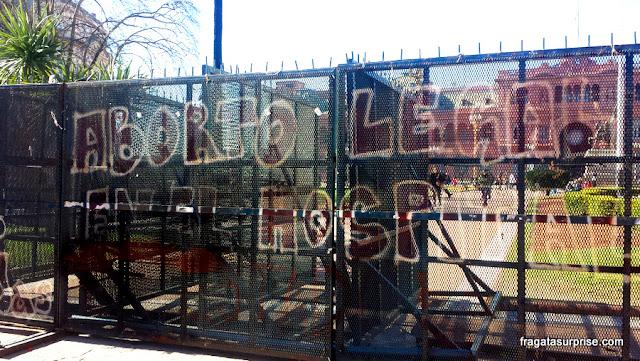 Protestos nas grades que cercam a Casa Rosada, em Buenos Aires