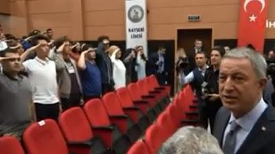 Μαθητές χαιρέτισαν στρατιωτικά τον τούρκο υπουργό Άμυνας