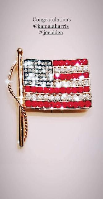 Spilla vintage americana di Kenneth Jay Lane con l bandiera americana in metallo e strass