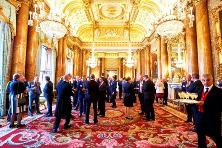 Buckingham Sarayı sadece kraliyet ailesi için değil tüm İngiltere halkı içinde hizmet vermektedir.