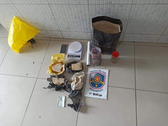 POLICIAIS DO 1º BIESP APREENDERAM UM QUILO E MEIO DE CRACK NO BAIRRO SÃO FRANCISCO EM CARUARU.