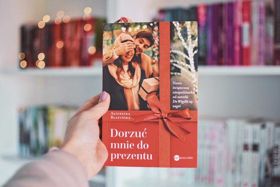AgnieszkaBłażyńska, DorzućMnieDoPrezentu,xmassbook,WielkaLitera,motywświąt,Wigilia,świątecznie,romans,powieśćobyczajowa,opowiadanie,recenzja,pandemia,koronawirus,kwarantanna,