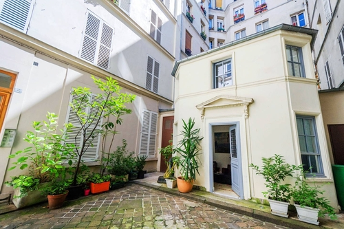 00-Airbnb-Architecture-in-Tiny-Cottage-in-Paris-Building-Courtyard-www-designstack-co