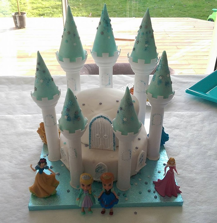 http://www.watercolorcake.fr/2016/12/gateau-chateau-reine-des-neiges.html
