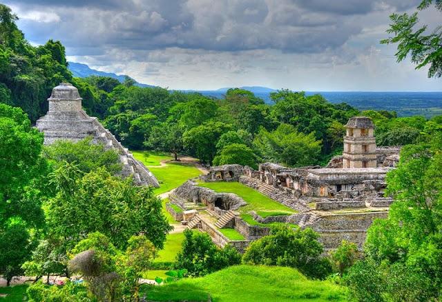 Es el complejo de mayor tamaño, ubicado en el centro de la zona arqueológica frente al Templo de las Inscripciones y es también una gran atracción junto con dicho templo. Los turistas sienten fascinación al ver la complejidad de las interconexiones, las escalinatas, los pasajes subterráneos y las esculturas y relieves.