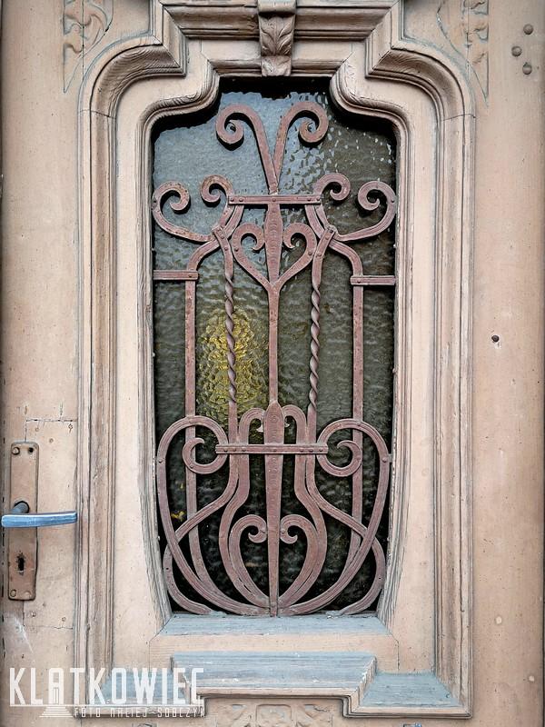 Ostrów. Kamienica. Drzwi wejściowe.