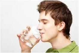 Nên uồng nhiều nước mỗi ngày để phòng bệnh trĩ