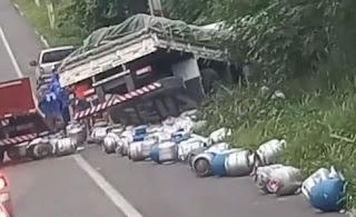 Caminhões colidem na BR-104, em Lagoa Seca