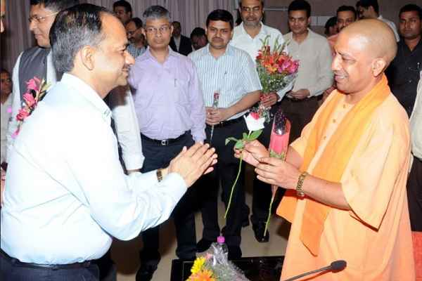 uttar-pradesh-cm-yogi-adityanath-meet-with-ias-officers-on-diwali