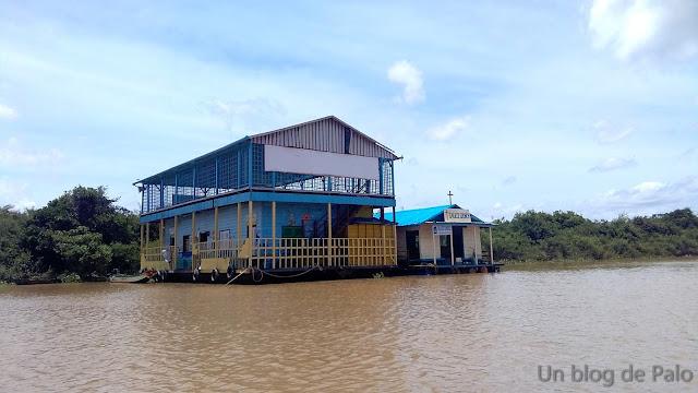 Escuela e iglesia en Chong Kneas (Camboya)