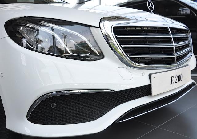 Phần đầu xe Mercedes E200 2018 được thiết kế theo phong cách cổ điển