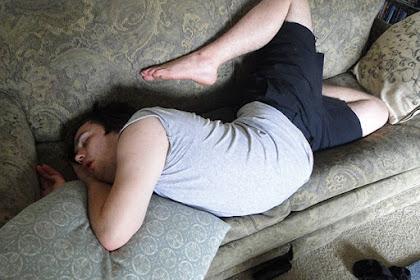 افضل صور اشخاص ينامون في اي مكان بوضعيات غريبة و مضحكة