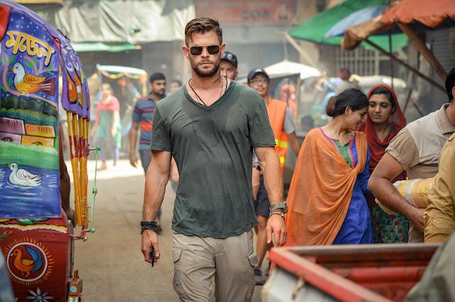 """NETFLIX divulga novas imagens e pôster de """"Resgate"""", estrelado por Chris Hemsworth"""