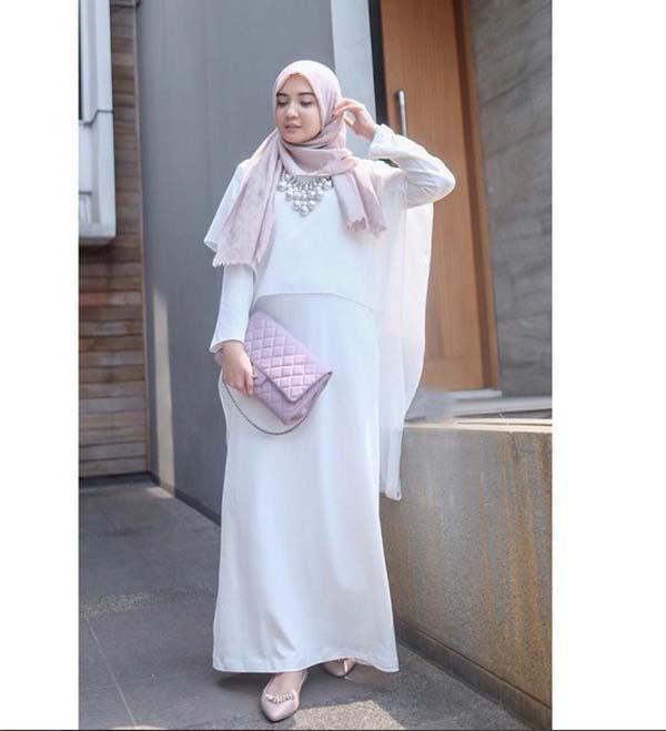 rok putih yang dipadu padankan dengan outer warna juga penampilan lebih soft pemilihan scarf pastel sepatu dan tas
