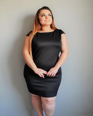 vestido negro corto para chica curvy de navidad
