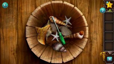 на дне деревянного ведра лежит отвертка и кусок от карты