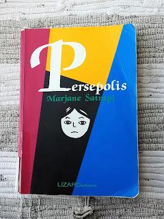 persepolis marjane satrapi recensione copertina felice con un libro
