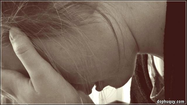 cô gái khóc tuyệt vọng