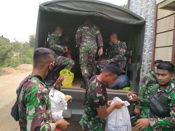 Satgas TMMD Ke-111 Kodim 1207/Ptk Kembali Ke Induk Pasukan Menaiki Truk TNI