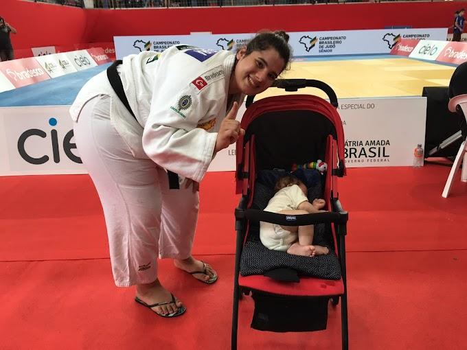 Judoca é campeã brasileira amamentando