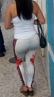 Mujeres sabrosas calle usando leggins transparentes