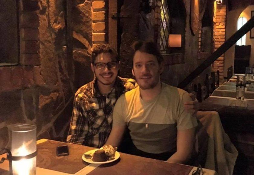 História de casal gay abordado por senhor em aeroporto viraliza