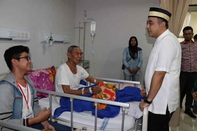 Zaki Kunjungi Dan Santuni Pasien RSU Tangerang