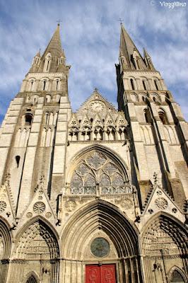La bella facciata dell'imponente cattedrale di Bayeaux