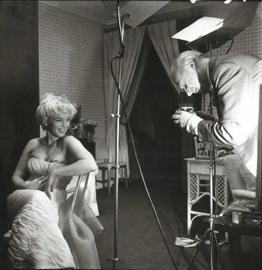 Сесиль Битон фотографирует Мэрилин Монро в отеле