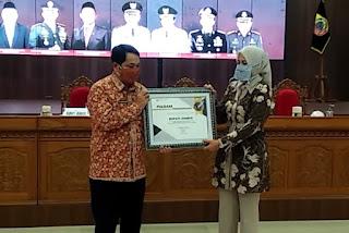 Capai Hasil Tertinggi  Bupati Jember Terima Penghargaan dari BPS  Jawa Timur