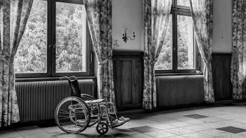 Kifosztotta és hagyta meghalni kerekesszékes lakótársát egy pár
