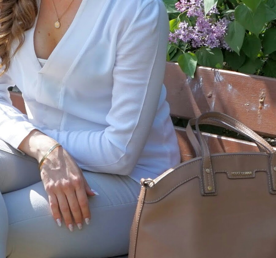 Ruskea käsilaukku ja kultakorut