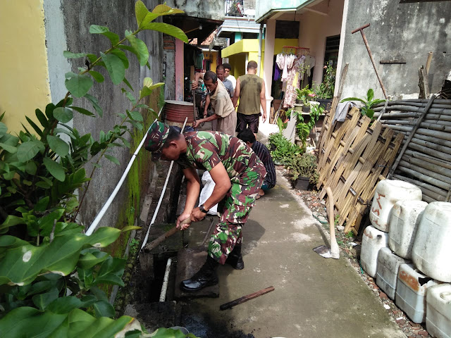 Babinsa Desa Karangrejo Ajak Warga Bersihkan Selokan