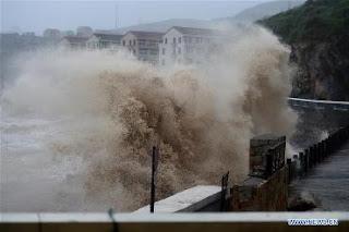 FOTOS: el tifon lekima esta provocando enormes olas en china.
