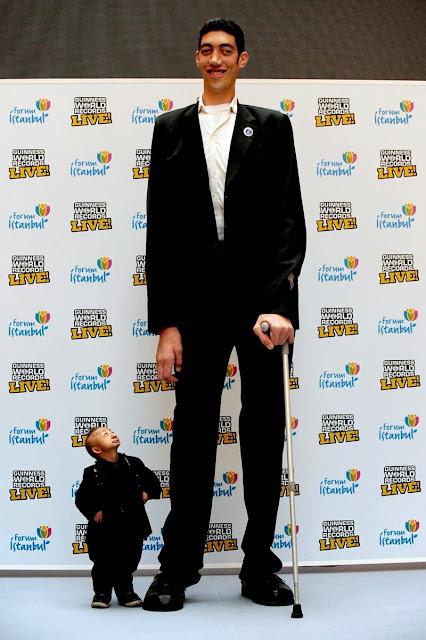 O homem mais alto e o mais baixo do mundo