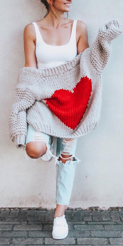 No matter what kind of date night you have planned for Valentine's Day. Here are 29 Romantic Valentines Day Outfits to Wow Your Date. Women's style + Fashion via higiggle.com #valentine #fashion #romance #cardigan