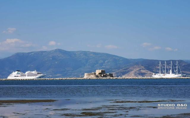 Δυο πολυτελή κρουαζιερόπλοια στο καλοκαιρινό Ναύπλιο