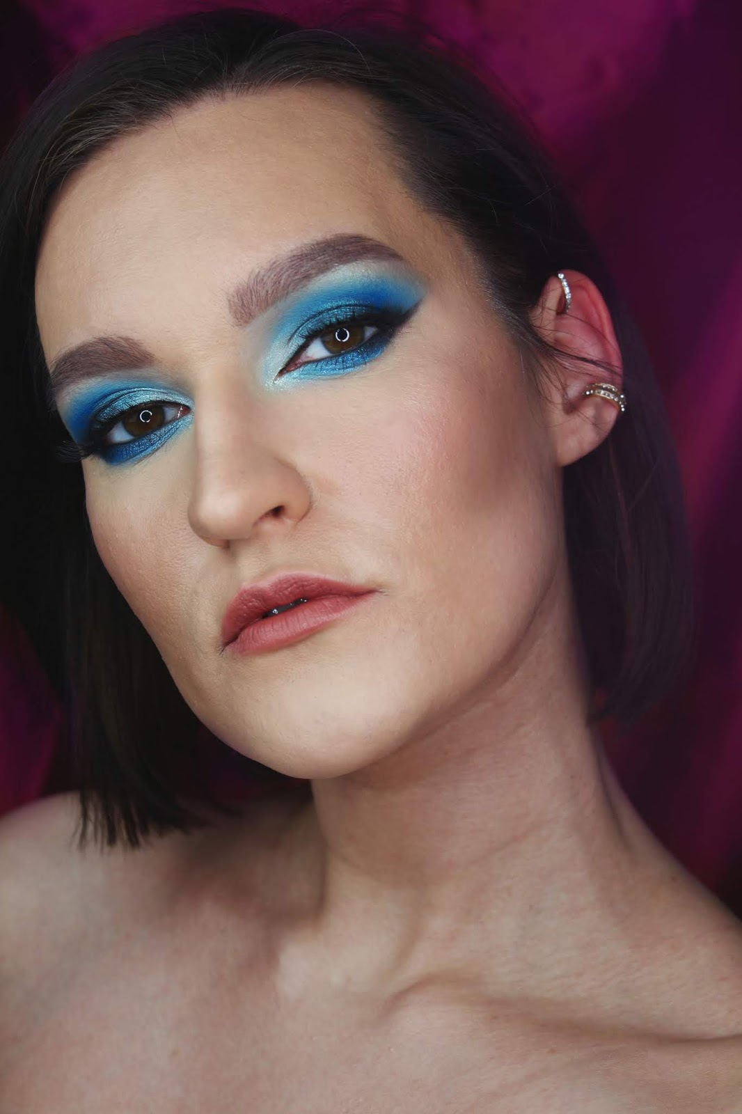Classic Blue makeup look   Kolor Pantone 2020 niebieski makijaż