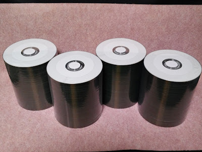 デュプリケーターにセットするCD100枚の梱包は、まるでノリ巻のよう!