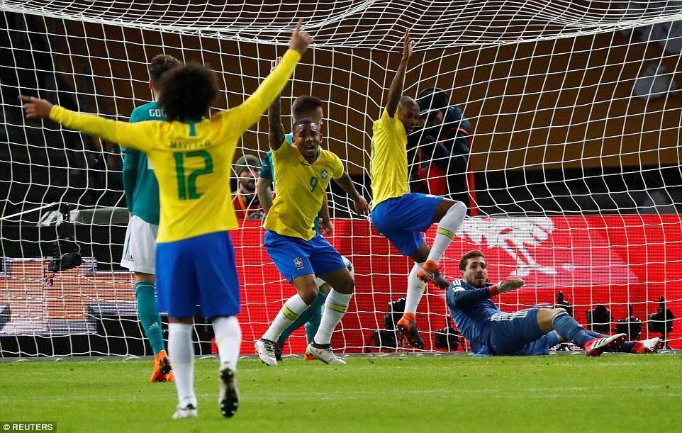c4ab70b1f1804 LANCE! Espresso ⚽ Quem vale mais  O Brasil que vence sem Neymar ou a  Argentina humilhada sem Messi