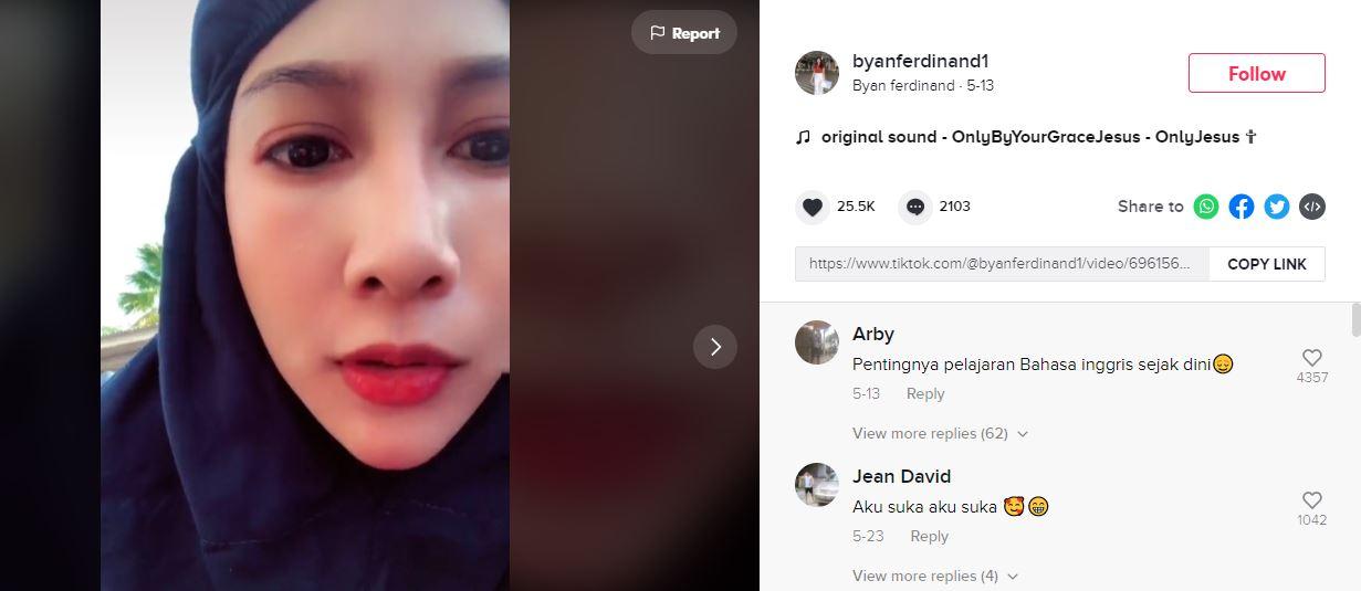 Viral! Wanita Hijab Upload Video Salat dengan Backsound Lagu Rohani Kristen