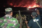 TNI Bantu Padamkan Kebakaran Lahan di Bukit Goa Jepang