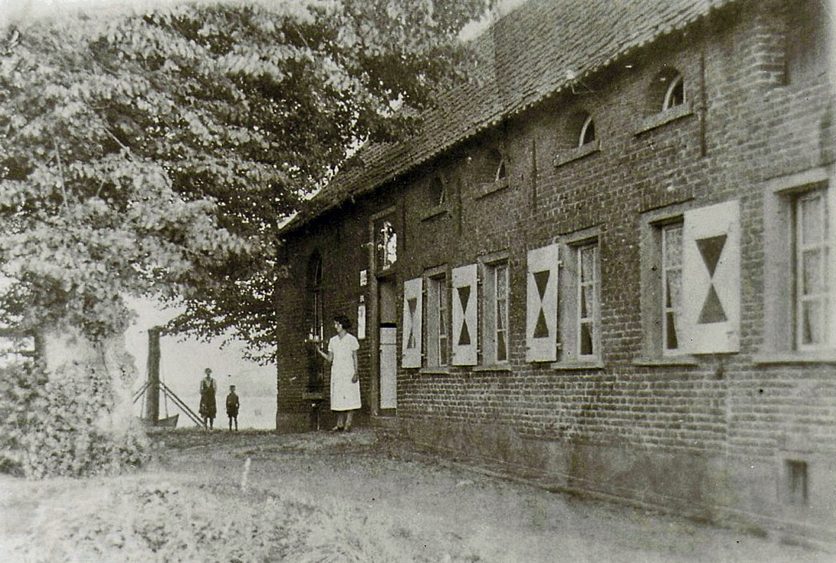 https://i0.wp.com/1.bp.blogspot.com/-Awfv1Wrroy0/T8NAO_0vI0I/AAAAAAAAHpo/43XRzMF6tzA/s1600/1930+kasteel+Boxmeer+Maasburcht+%2850%29+1930+vm+kasteel+Mazenburg+16eE+Huys+1856+-+1944+aan+Boxmeerseweg+61+Heyen+v2.jpg?w=640