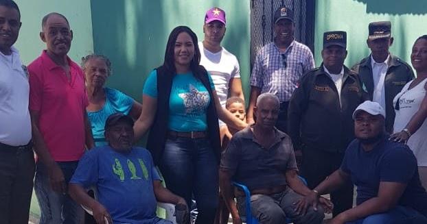 VER VÍDEO, EN SAN JUAN DE LA MAGUANA: Pre candidata a diputada Fabiana Tapia, realiza operativo de techado de zinc a mas de 20 familias de Villa Flores.