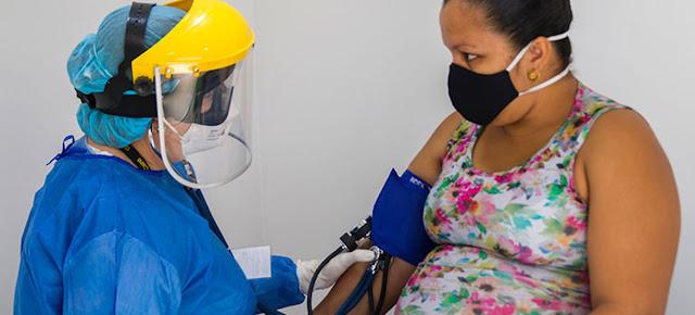 Una doctora realiza un chequeo a una paciente venezolana en Colombia en medio de la pandemia de COVID-19.© IRC/Schneyder Mendoza